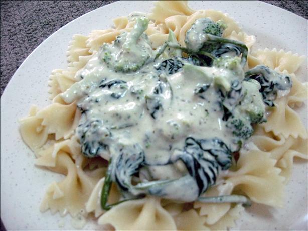 Creamy Vegan Pesto Pasta With Broccoli. Photo by Enjolinfam