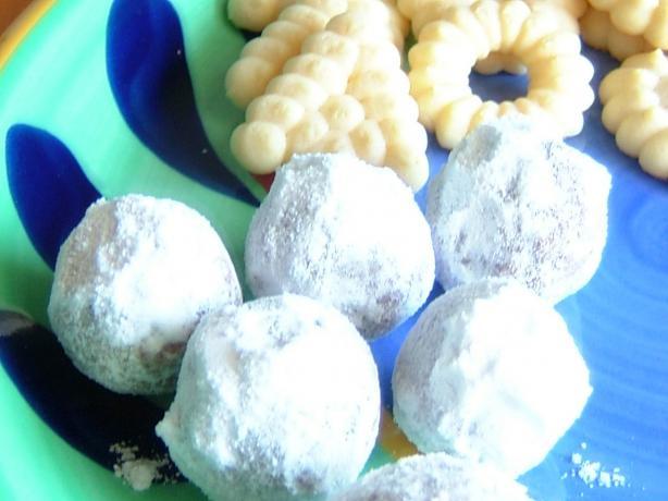 Bourbon (Rum) Balls (No Bake Cookies). Photo by mianbao